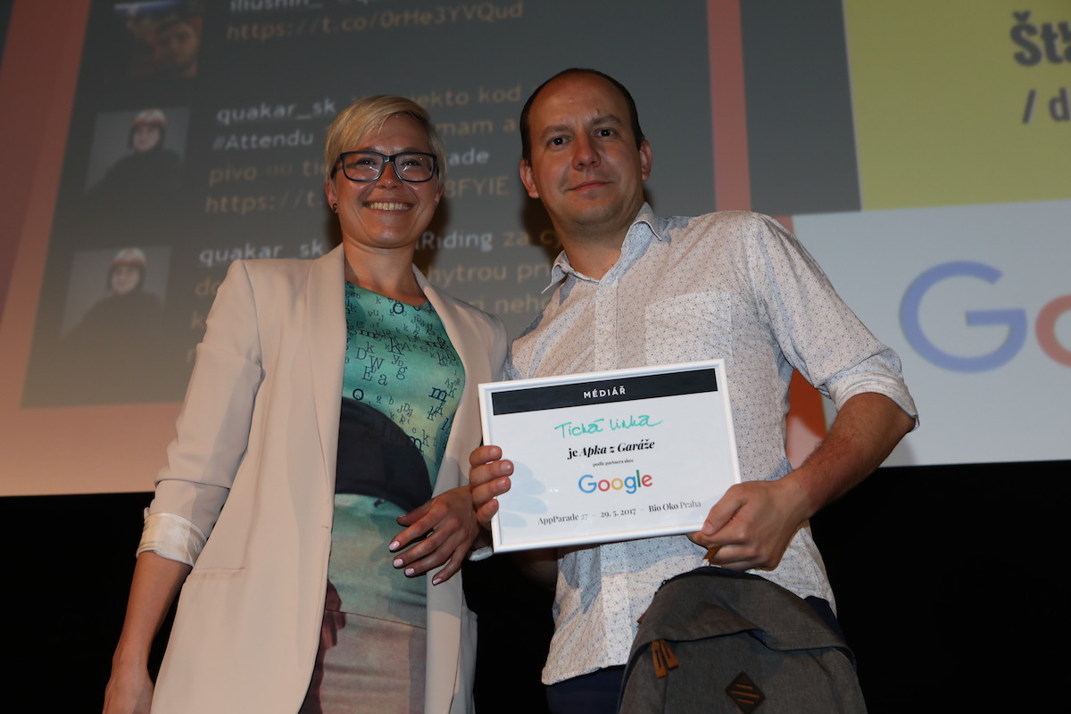 Manažerka komunitních programů Googlu Martina Bláhová předává ocenění Apka z Garáže Janu Pulkrábkovi za Tichou linku. Foto: Tomáš Pánek