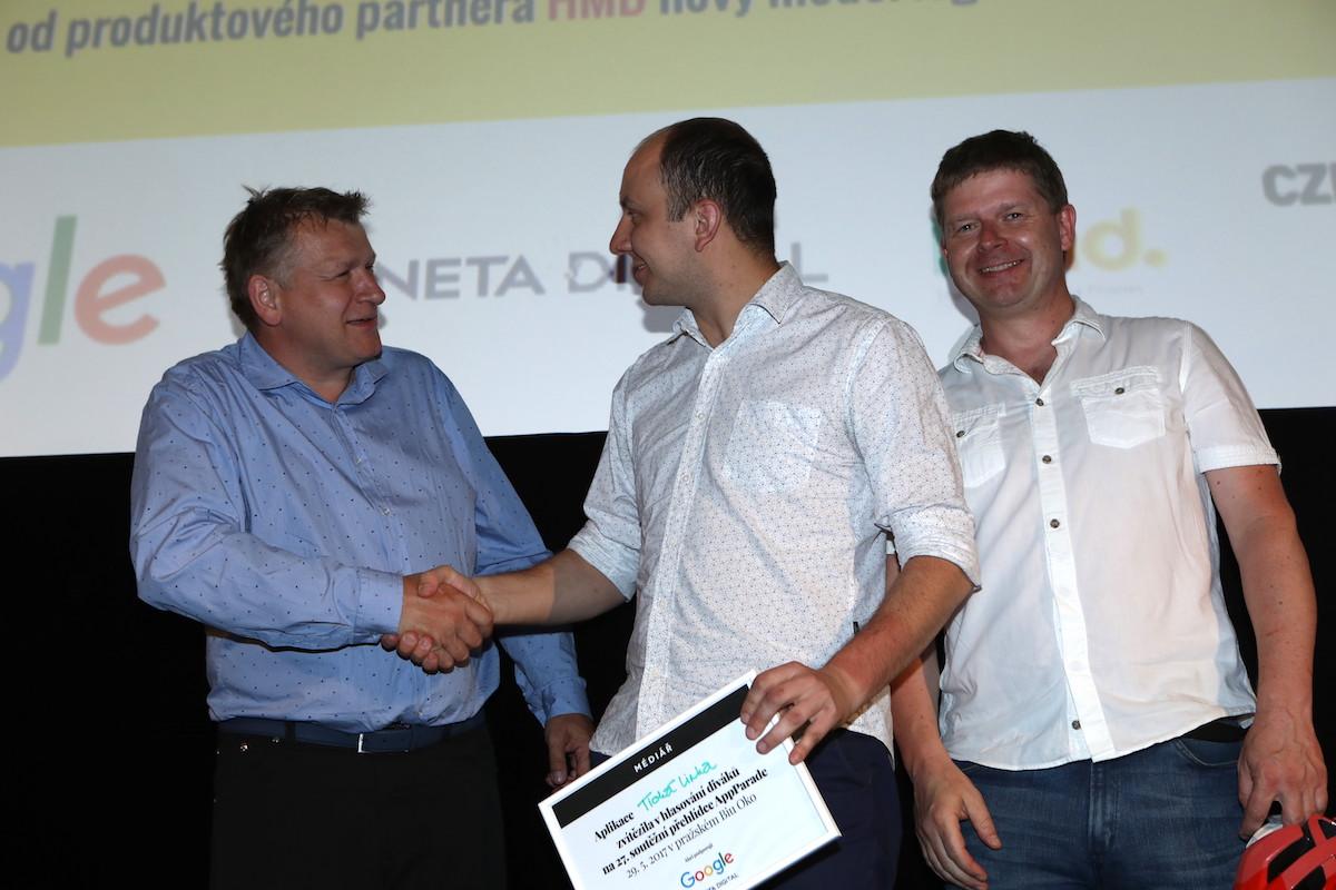 Třetí David Izák (vlevo) gratuluje vítězi Janu Pulkrábkovi, vlevo stříbrný Filip Vítek. Foto: Tomáš Pánek