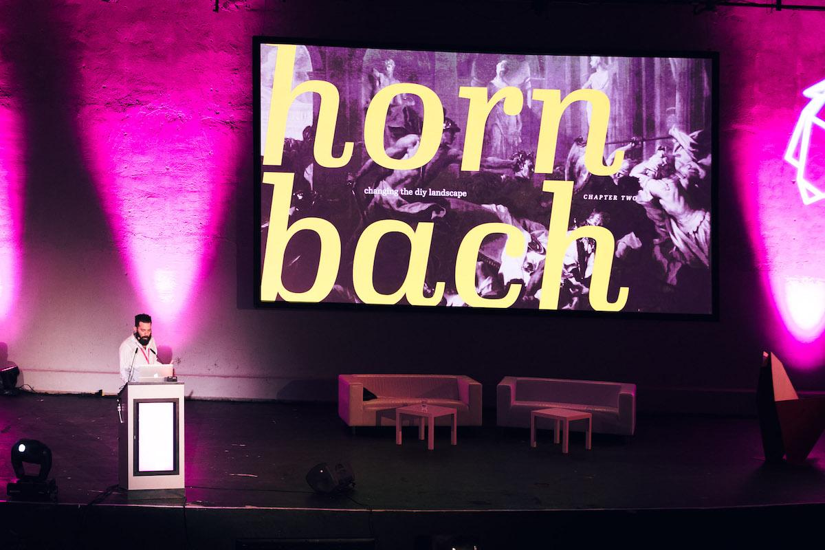 Předseda poroty Ricardo Distefano z berlínského Heimatu mluvil o práci pro Hornbach během konference. Foto: Jakub Hrab
