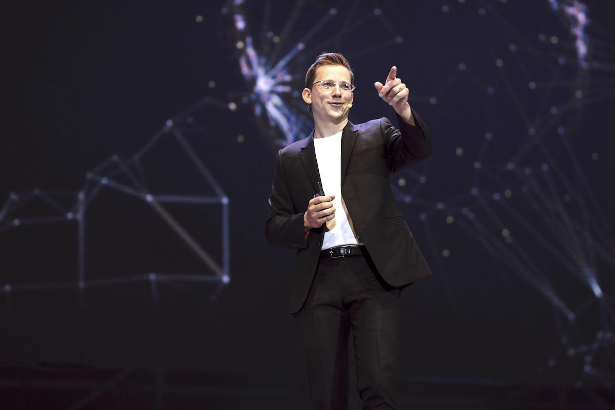 Jan Řežáb na pódiu Engage 2017
