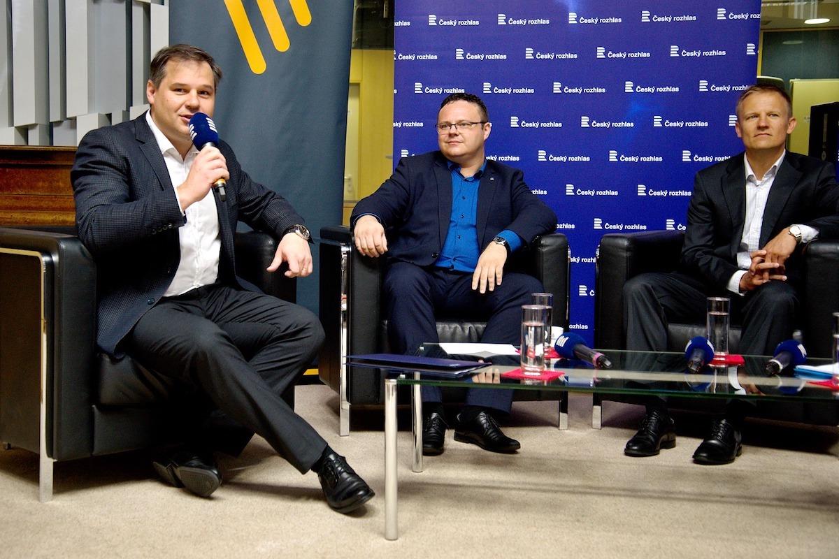Generální ředitel Českého rozhlasu René Zavoral (uprostřed) a generální ředitel Českých Radiokomunikací Martin Gebauer (vpravo) na středeční tiskové konferenci ke startu nové technologie