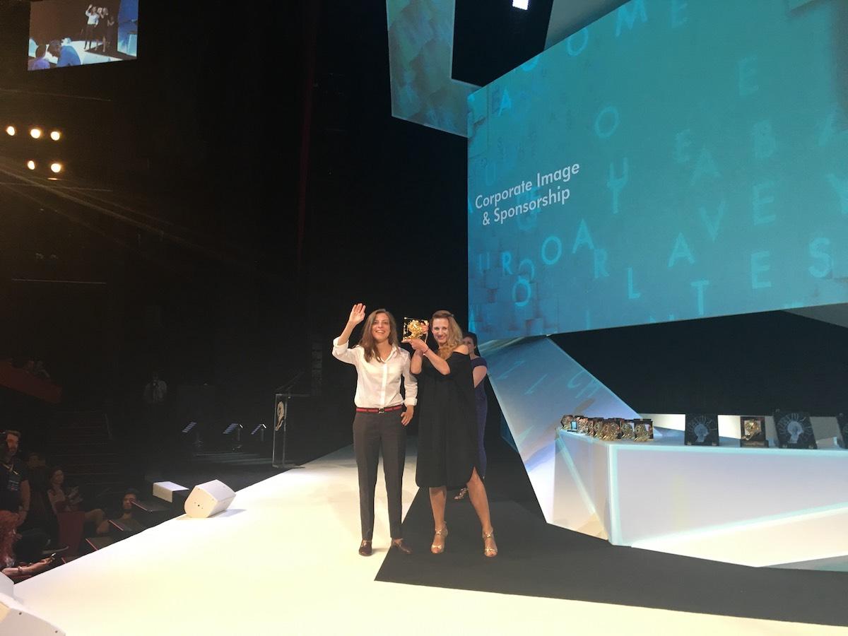 Dora Pružincová a Tereza Svěráková z Y&R Prague přebírají ceny v Cannes. Foto: Honza Martinek. Lionhearted
