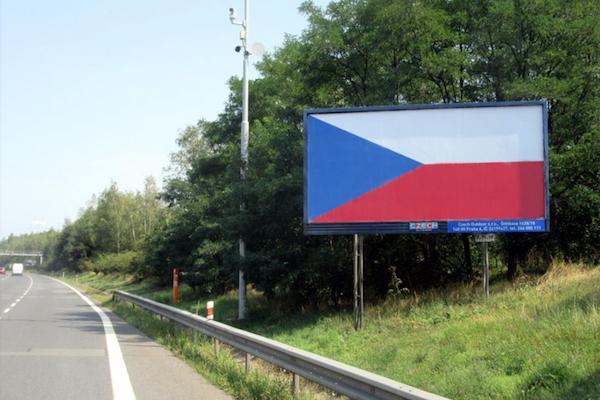 Poslední srpnový týden vystřídaly reklamní sdělení na billboardech vlajky