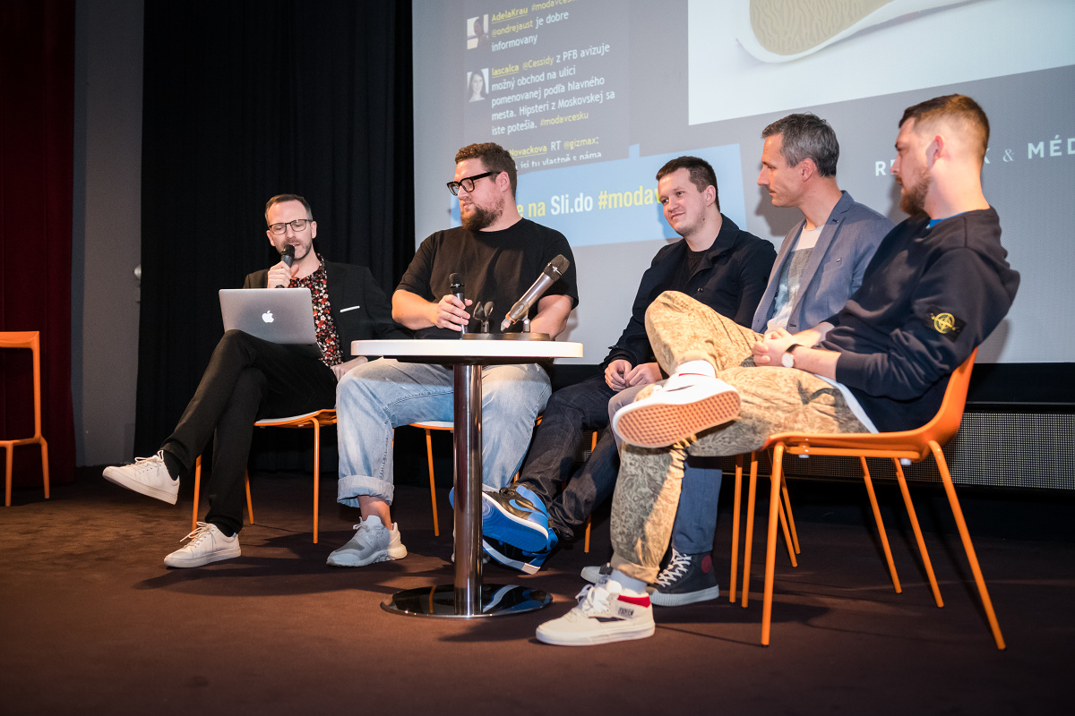 Debatní panel o teniskách