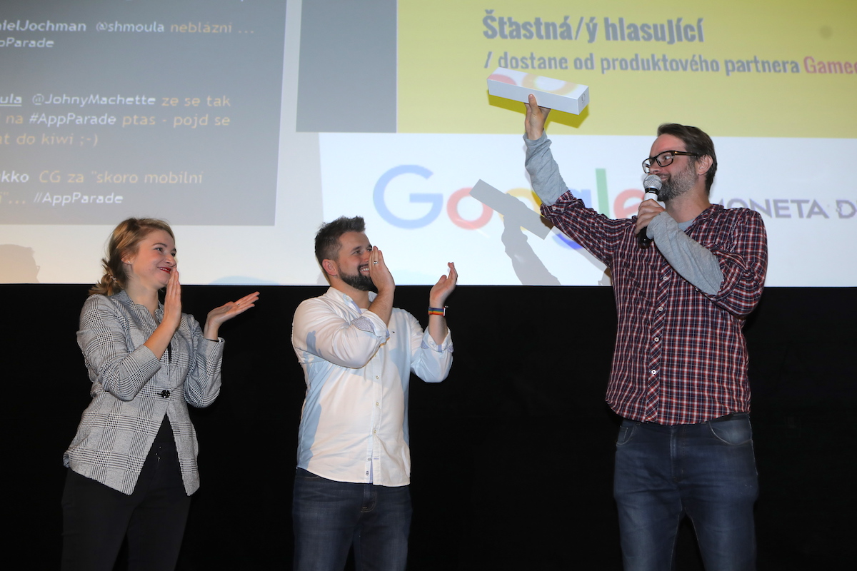 Alžběta Houzarová z Googlu a Jakub Komenda z Monety aplaudují Labz, které zastupuje Štěpán Kleník. Foto Tomáš Pánek