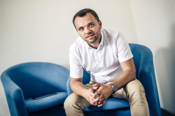 Studený opouští agenturu FEO, přebírá ji Dimov