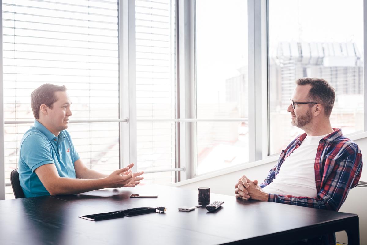 David Nevečeřal (vlevo) v rozhovoru s Ondřejem Austem. Foto: Jakub Hrab