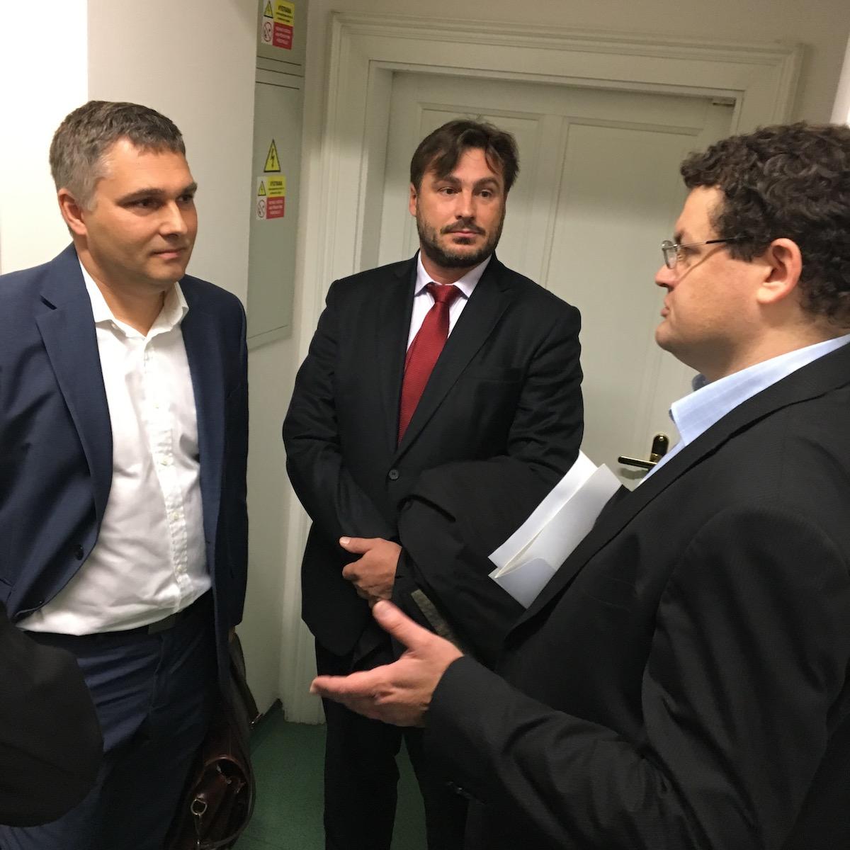 Zleva šéf právního Novy Štěpán Peichl, advokát Robert Němec a právník rady pro vysílání Zdeněk Malacha čekají na verdikt soudu