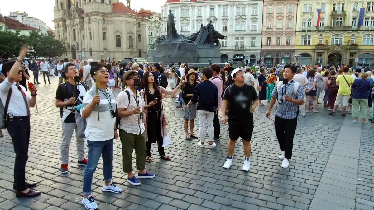 Korejští Účastníci zájezdu na Staroměstském náměstí v Praze