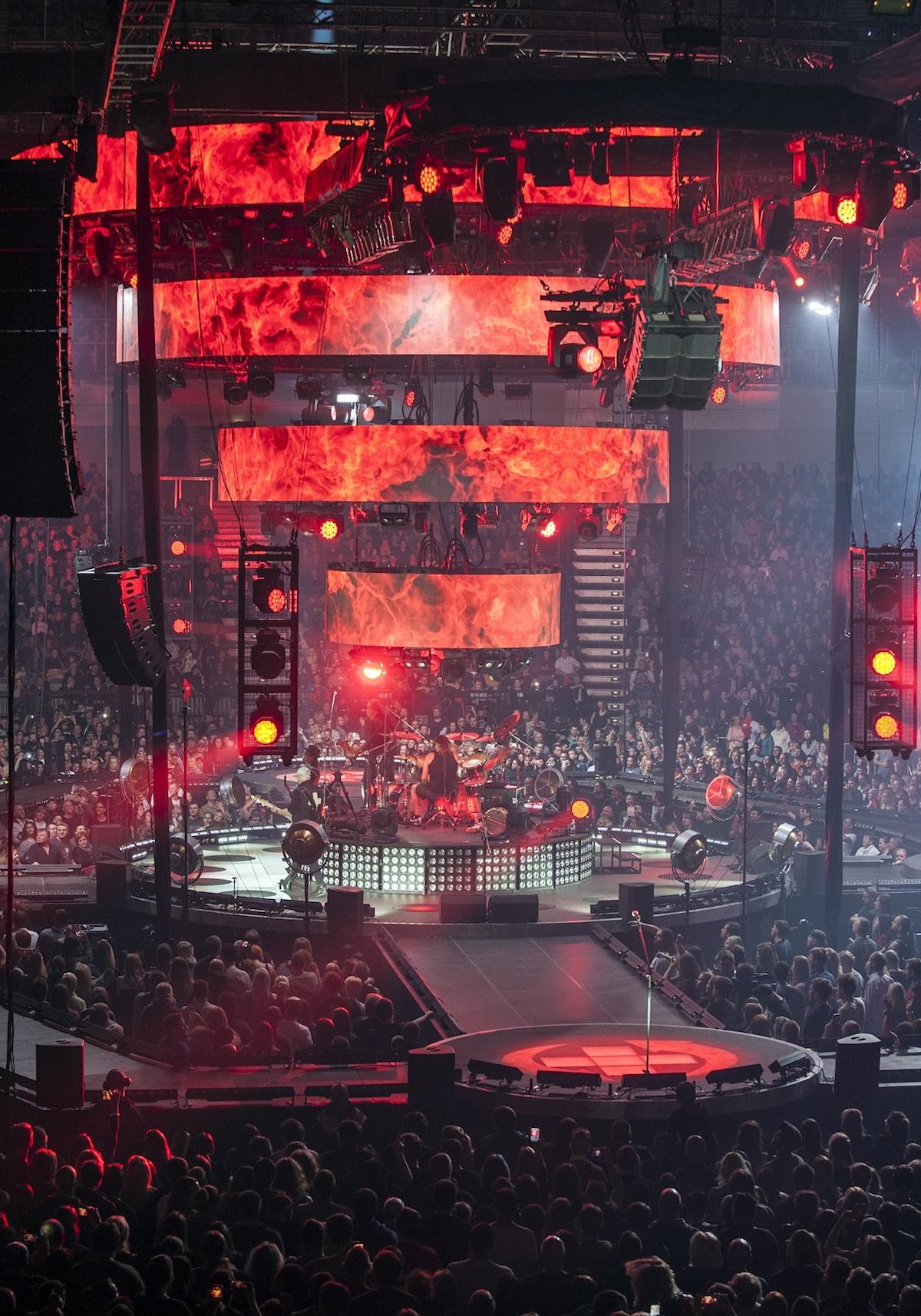 Kabát hrál na centrálním pódiu uprostřed haly