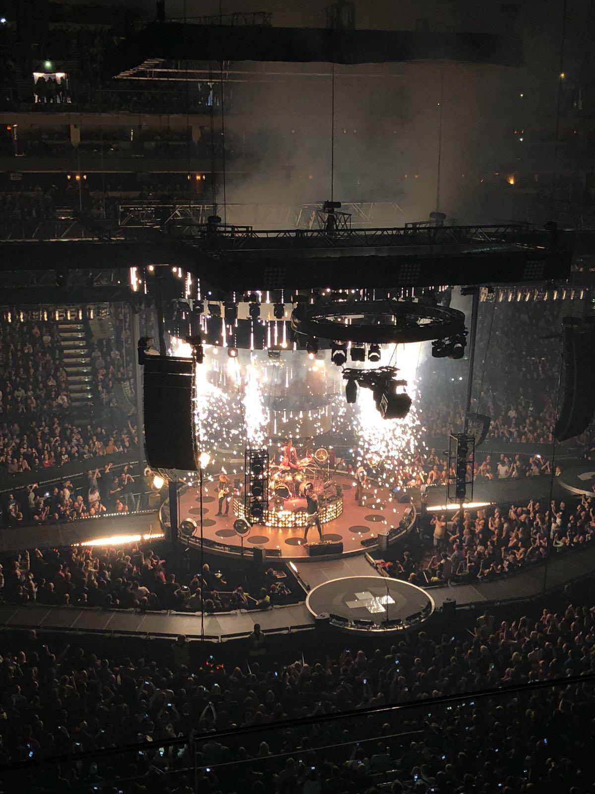 Centrální pódium uprostřed haly