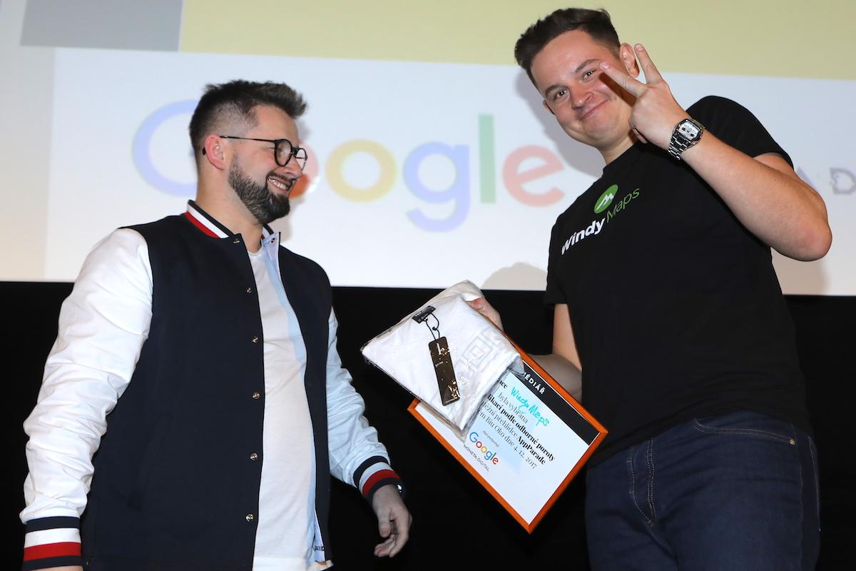 Petr Kozlík (vpravo) přebírá cenu od Jakuba Komendy z Monety. Foto: Tomáš Pánek