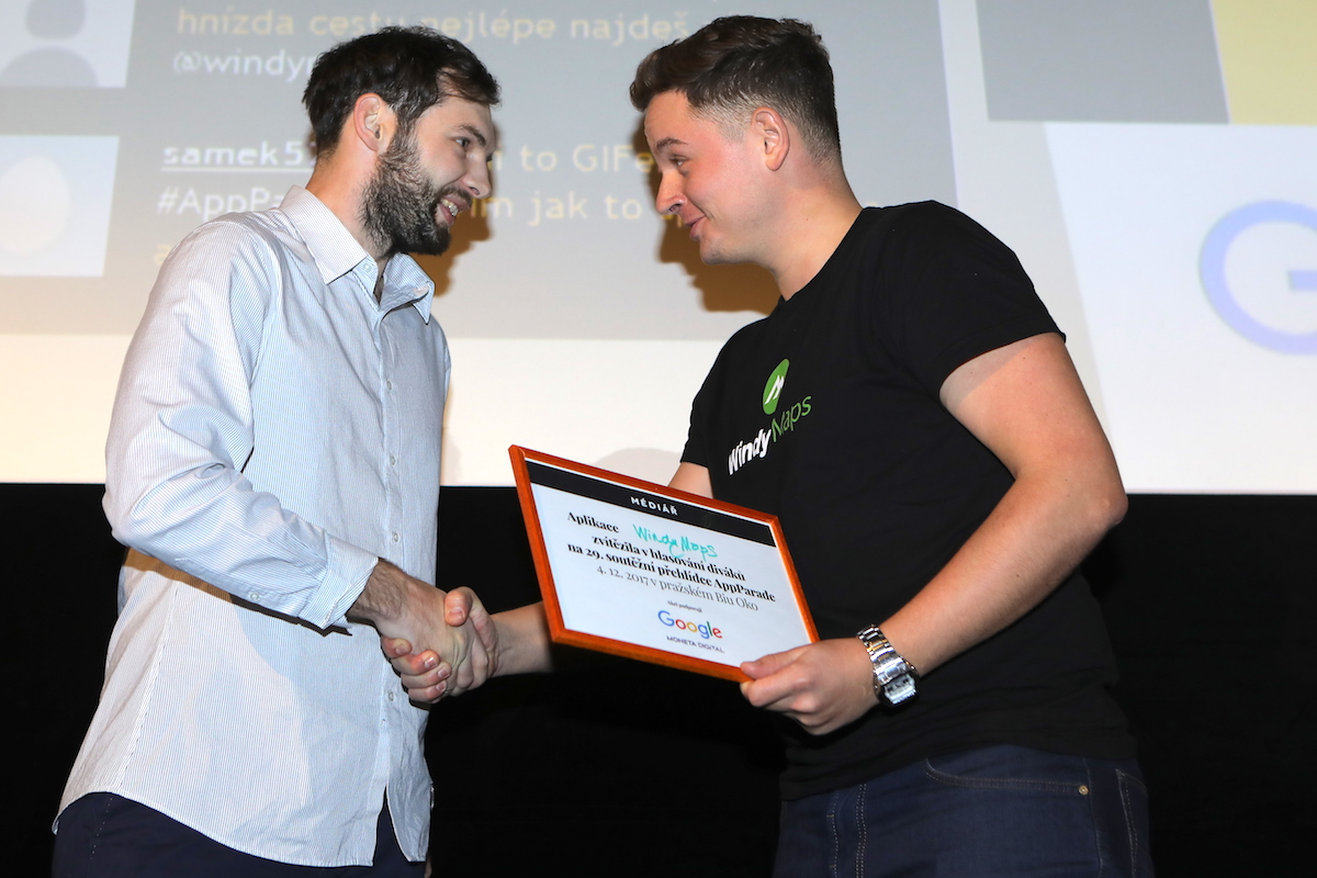 Petr Kozlík (vpravo) přebírá cenu od Jiřího Opletala z Xiaomimobile.cz. Foto: Tomáš Pánek