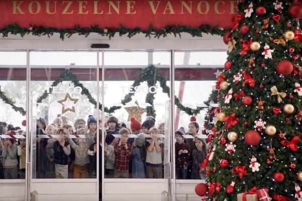 Vánoce à la Tesco: mile zahrané, nemile zdlouhavé