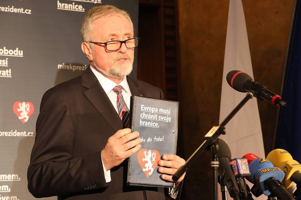 Mirek Topolánek s hesly své kampaně. Repro: Facebook