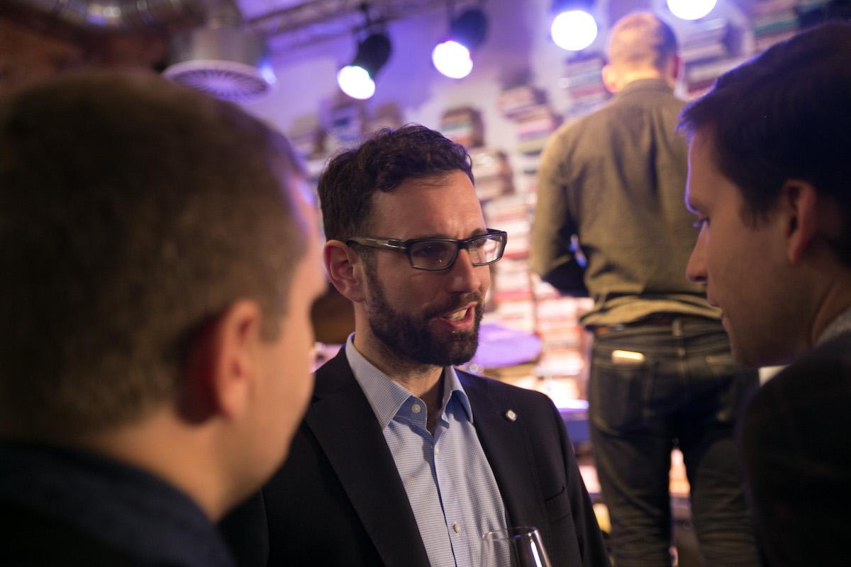 Uprostřed Petr Skočdopole, polovina dua MotejlekSkočdopole.com. S Miroslavem Motejlkem přispěli Jiřímu Drahošovi na kampaň 800.000 Kč