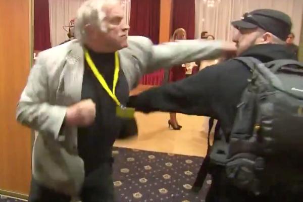 Zemanovi příznivci napadli novináře