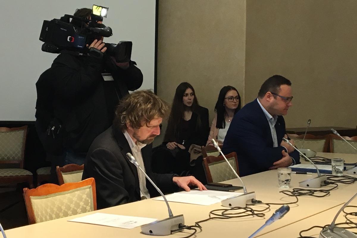 Janek Kroupa (vlevo) a René Zavoral na schůzi senátní komise