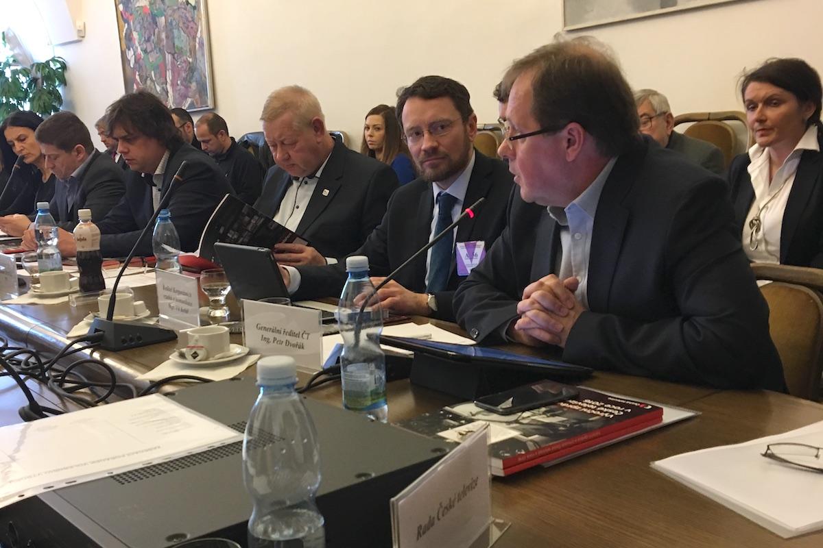 Generální ředitel České televize Petr Dvořák (vpravo) a šéf jeho kanceláře Vít Kolář na dnešním jednání volbního výboru. Vedle nich Lubomír Španěl a Miloslav Rozner z SPD, kteří byli jako jediní proti schválení výročních zpráv ČT