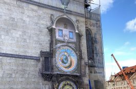 Opravovaný orloj nahrazuje tunová obrazovka