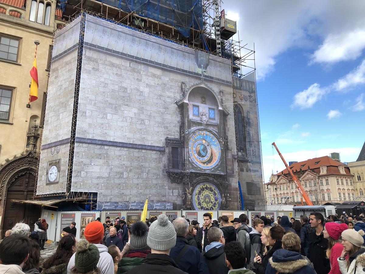 Obrazovka a plachta zakrývající orloj v rekonstrukci. Foto: BigMedia