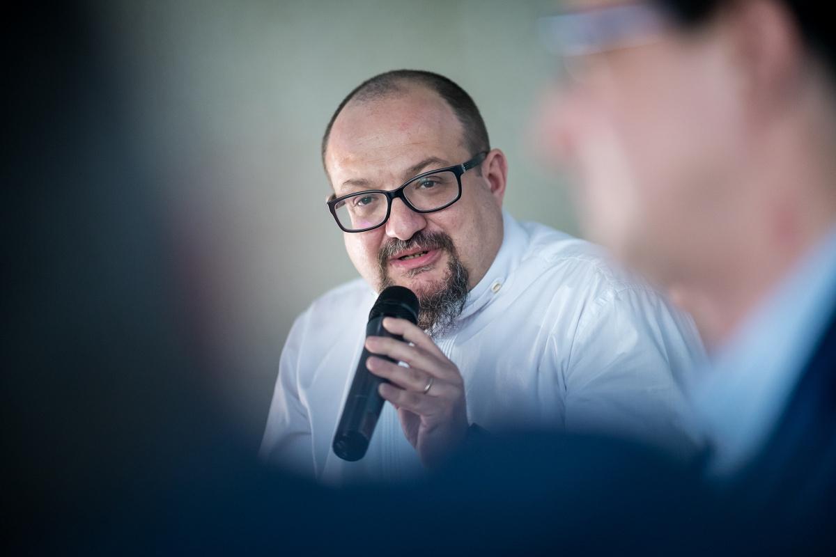 Václav Liška (ve žlutém křesle) s redakcí Retailku. Foto: Vojta Herout