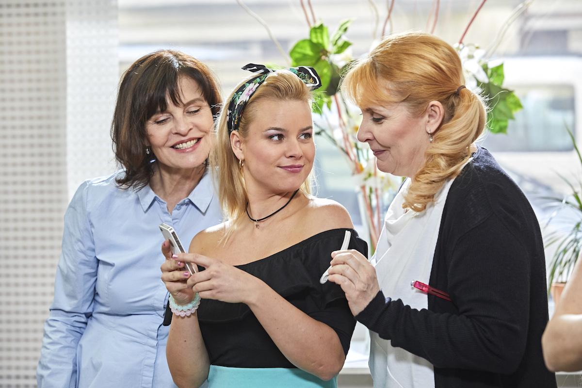 Seriál Kadeřnictví: zleva Jana Krausová, Patricie Solaříková, Veronika Gajerová. Foto: Stream.cz