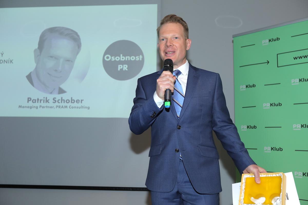Patrik Schober přebírá ocenění pro Osobnost PR