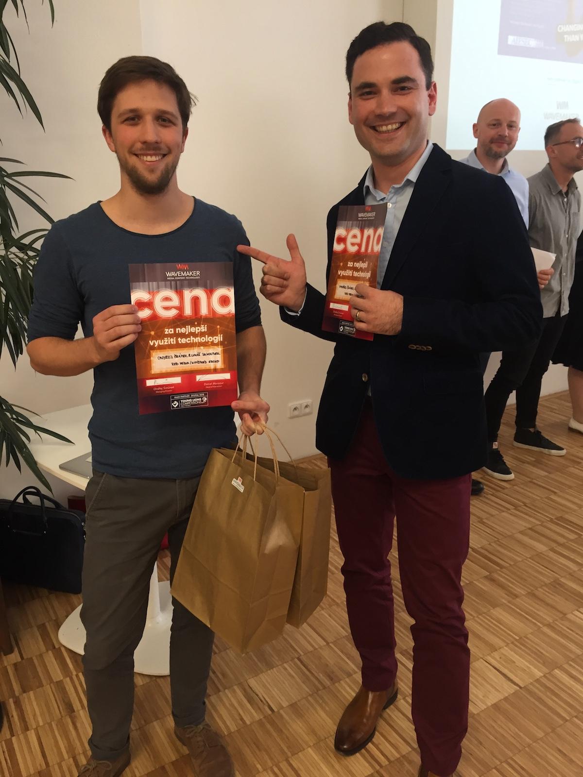 Speciální cenu pro tým z Red Media předával Daniel Mansour z Wavemakeru