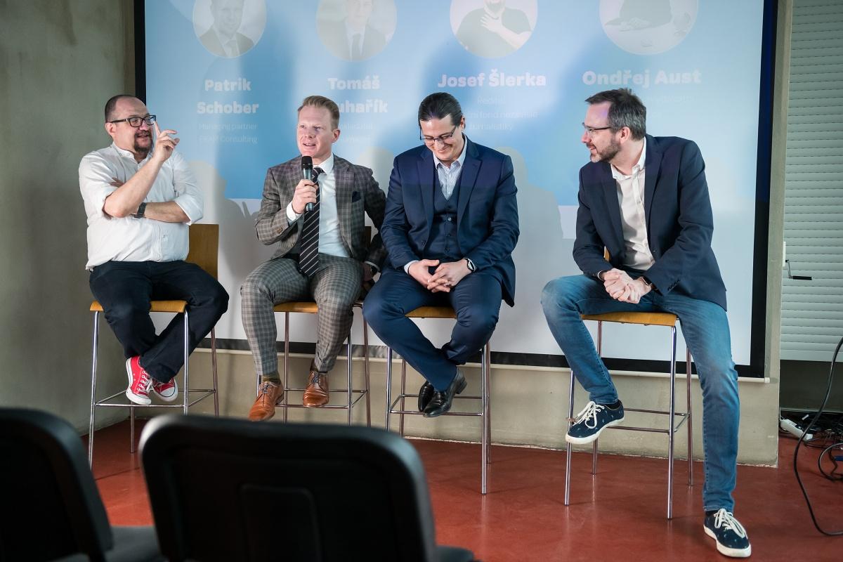 Setkání tradičně završila panelová diskuse. Zleva Josef Šlerka, Patrik Schober, Tomáš Pluhařík a Ondřej Aust jako moderátor. Foto: Vojta Herout