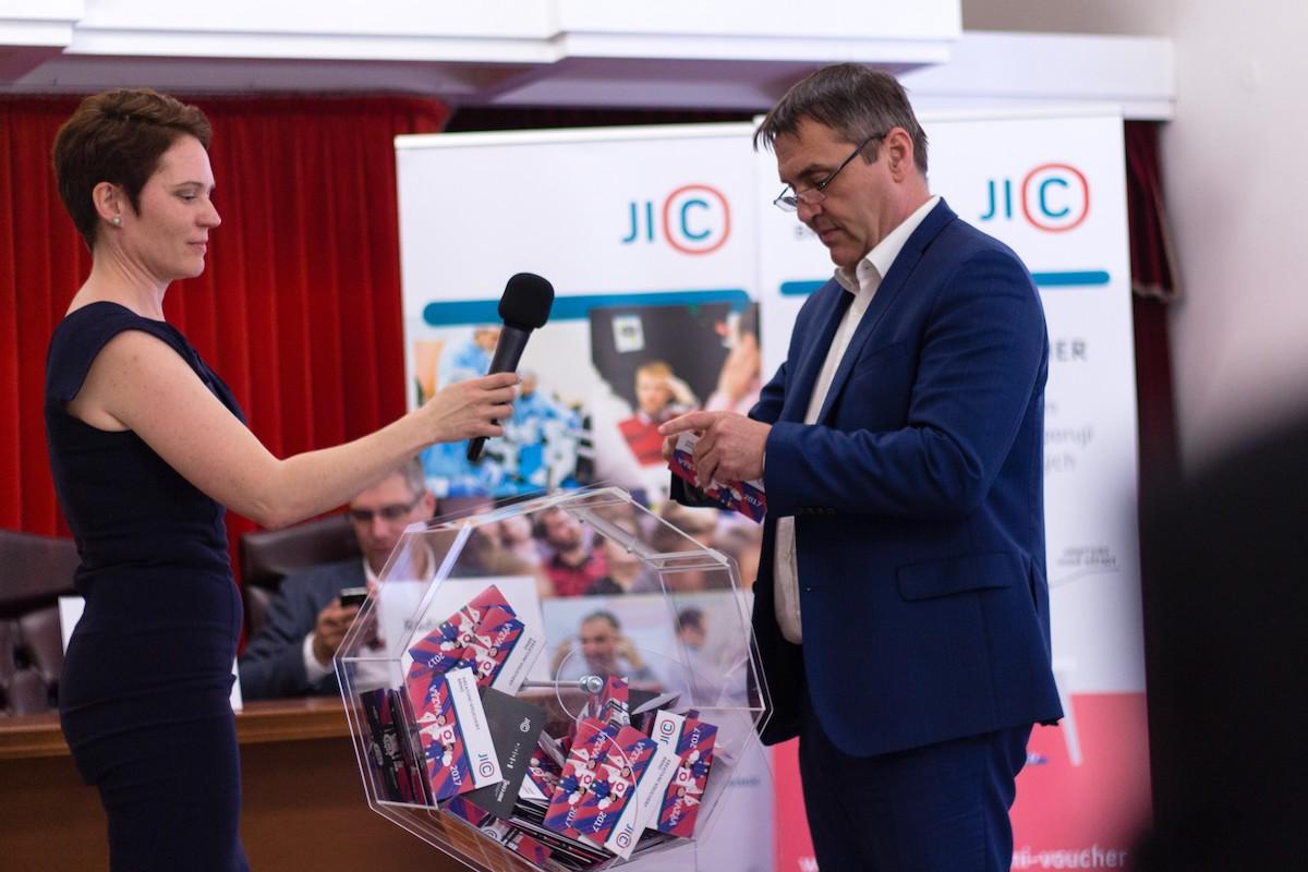 Halina Jílková z JIC a primátor města Brna Petr Vokřál při losování Kreativních voucherů Brno 2017