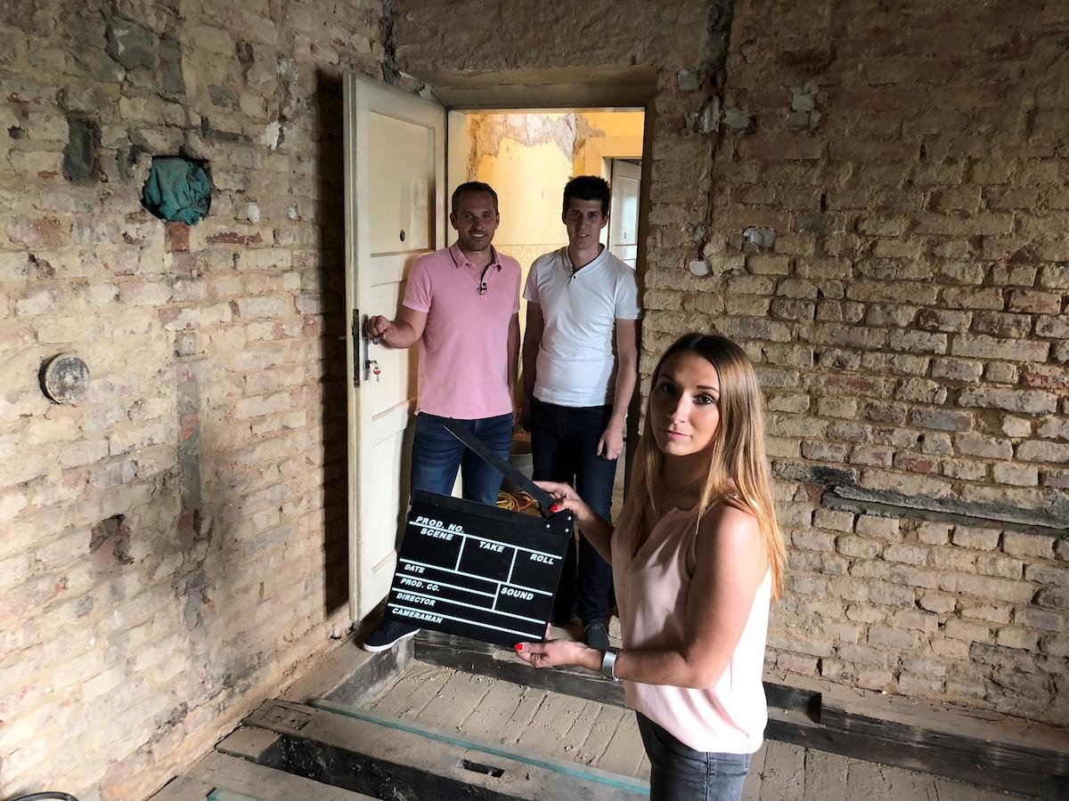 Natáčení seriálu o rekonstrukci nemovitosti, vlevo majitel a šéf TV Bydlení Míra Hejda