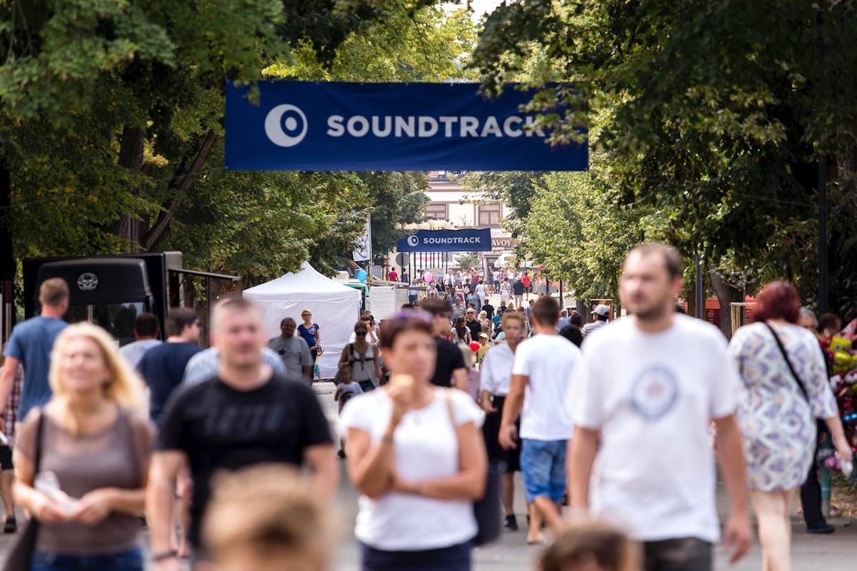 Soundtrack probíhá i v podebradském lázeňském parku