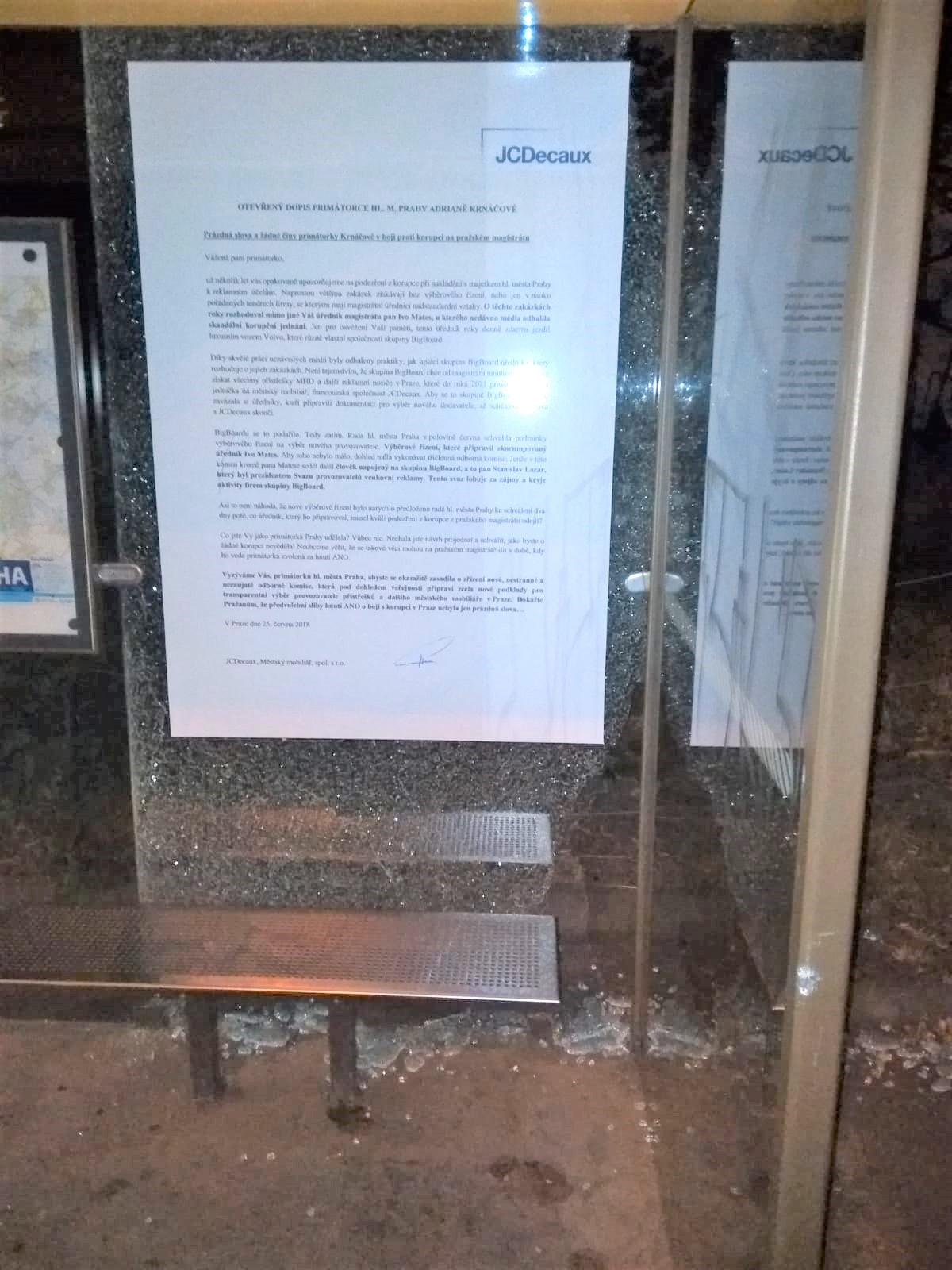 Poničené vitríny s otevřeným dopisem primátorce. Foto: JCDecaux