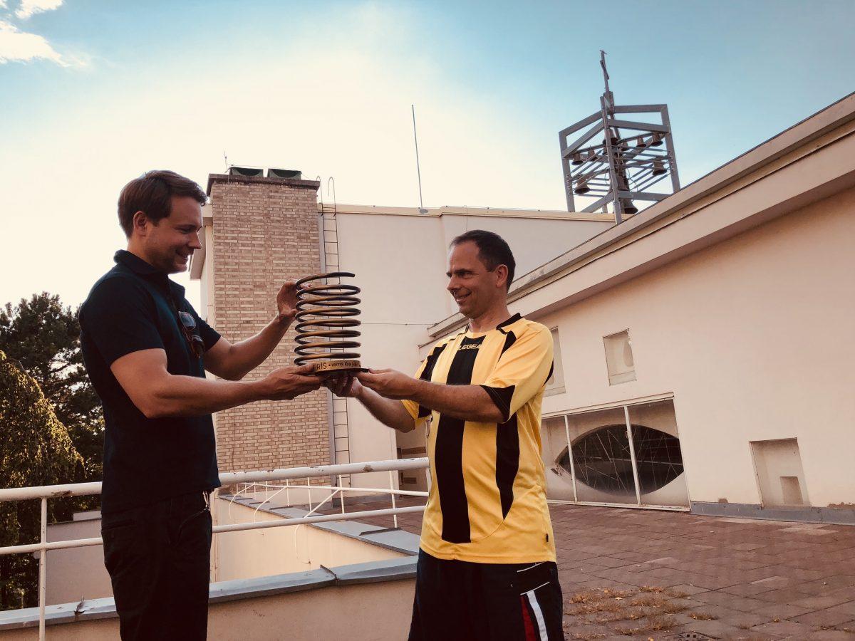 Adam Roučka předává Zlaté pero faráři Martinu Hobzovi