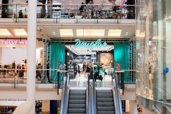Douglas otevřel největší parfumerii v Česku