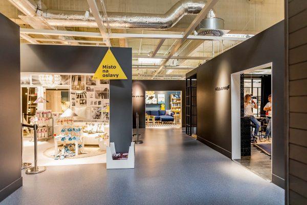 Ikea nabízí nábytek nově: vystavené pokoje mají místo tří stěn čtyři