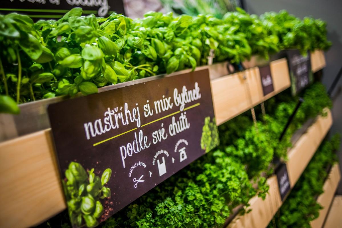 Novinkou je možnost nastříhat a kombinovat bylinky, které se pak cení podle váhy