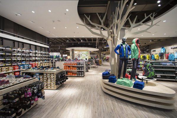 Intersport uvedl v Letňanech nový koncept s imitacemi stromů