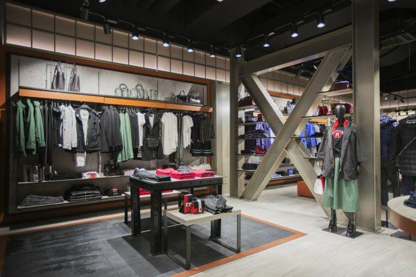 Armani Jeans končí, přichází Armani Exchange. První prodejnu má na Chodově
