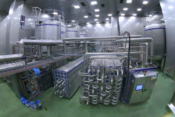 Coca-Cola spustila v Kyjích dvě nové linky, začne vyrábět rostlinná mléka AdeZ
