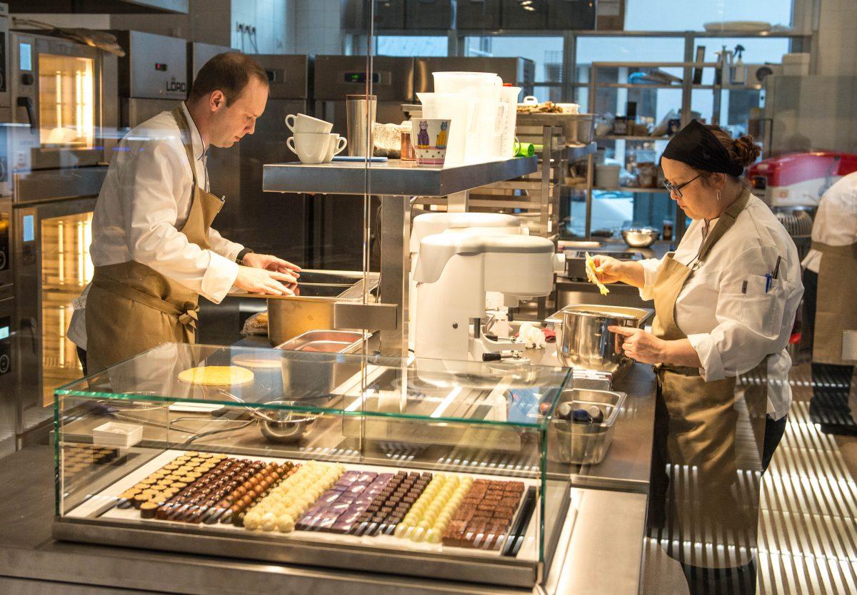 Výrobna dezertů Cukrář Skála. Nalevo je Lukáš Skála