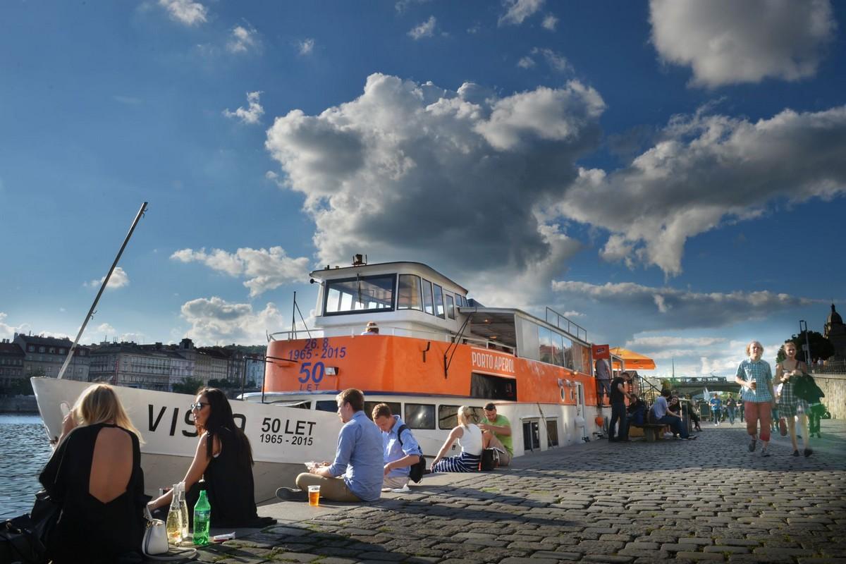 Značka Aperol přes léto otevřela loď na pražské Náplavce