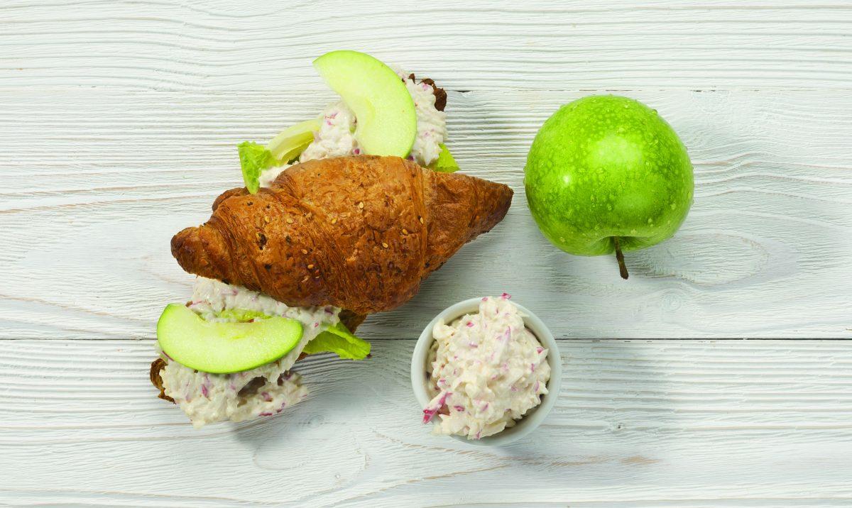 Fitness croissant s krabí pomazánkou a jablky