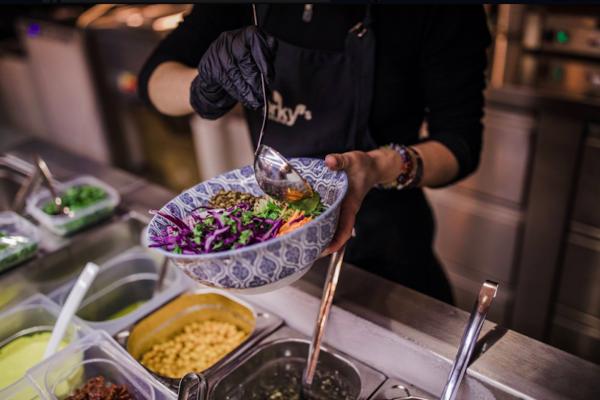 Síť veganských restaurací Forky's expanduje a prodává vlastní produkty