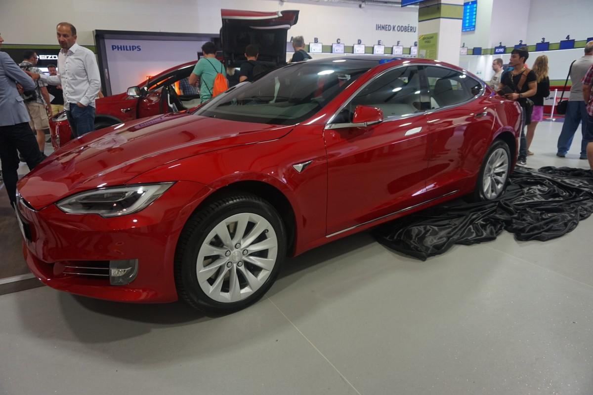 Model Tesla X 100D v showroomu Alzy v Holešovicích