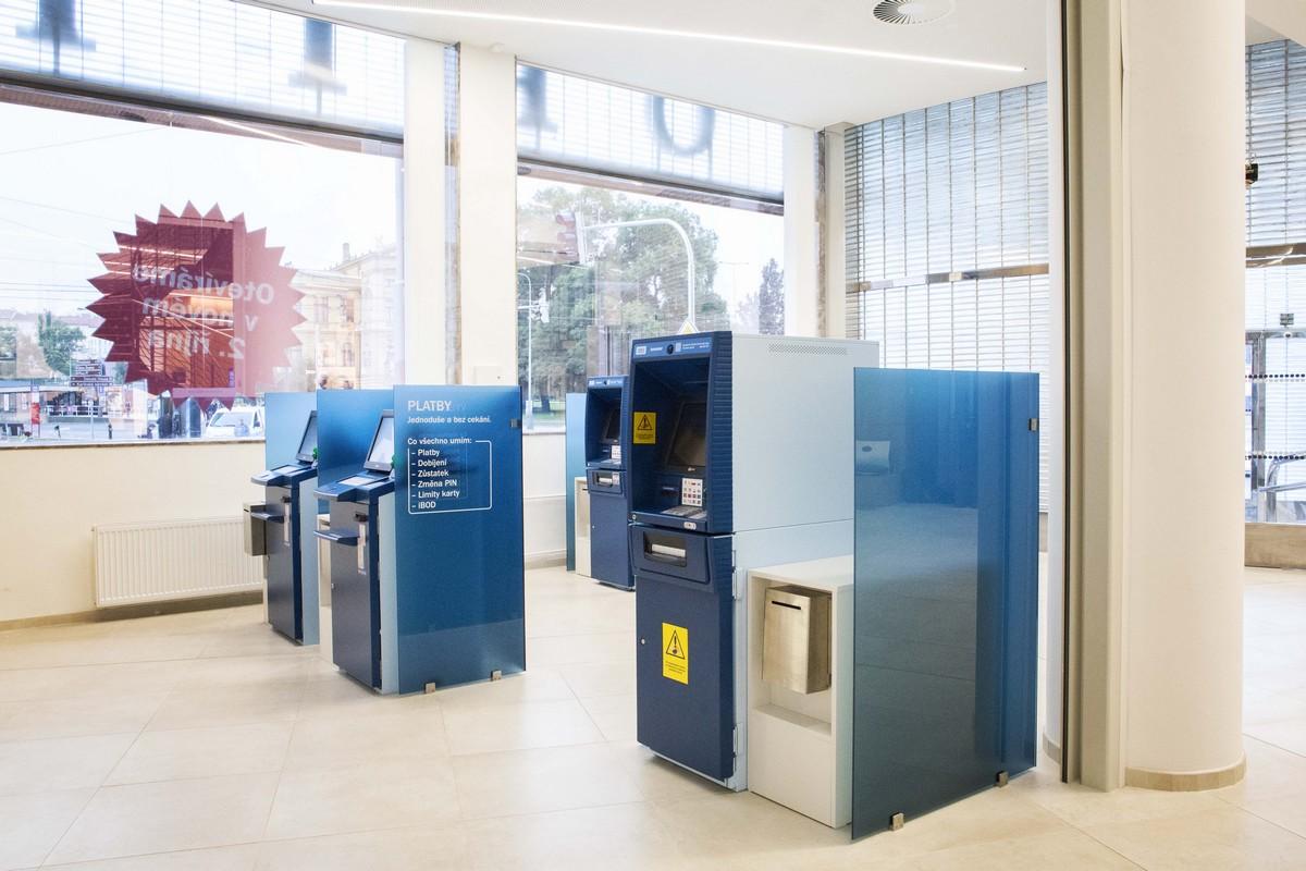 Super rychlá nonstop zóna s bankomaty v přední části vlajkové pobočky