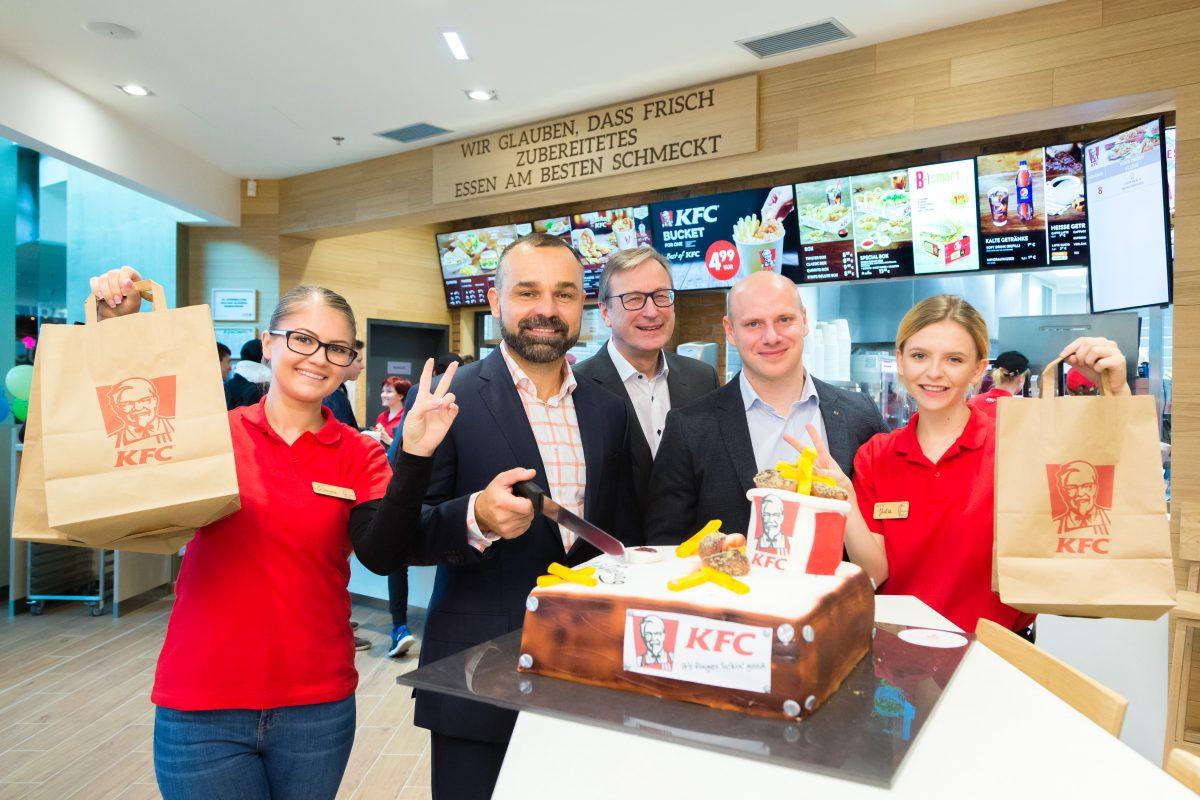 Nová pobočka v rakouském Grazu a její personál a Libor Hubík (druhý zleva), ředitel KFC v Česku a Rakousku