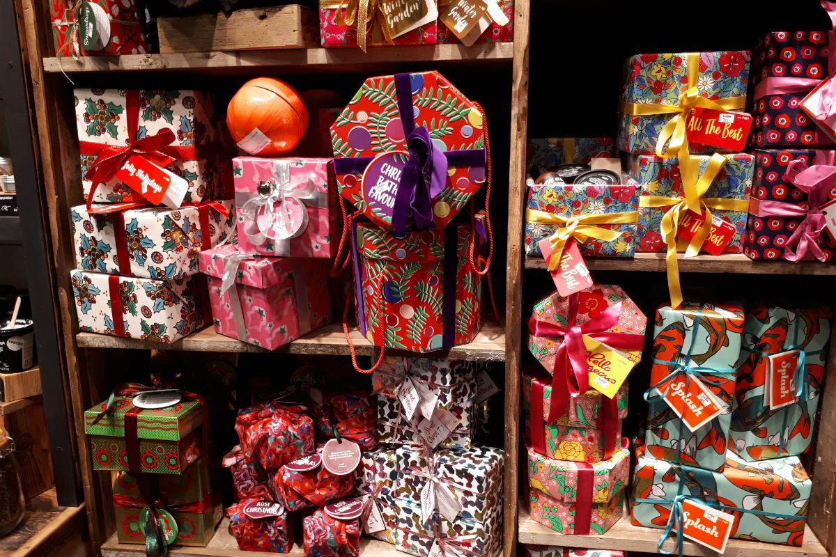 Vánoční balíčky už jsou v nové prodejně k dostání