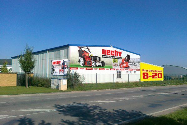 Hecht otvírá přestavěnou prodejnu v Letech u Prahy, na nové vypsal odměnu
